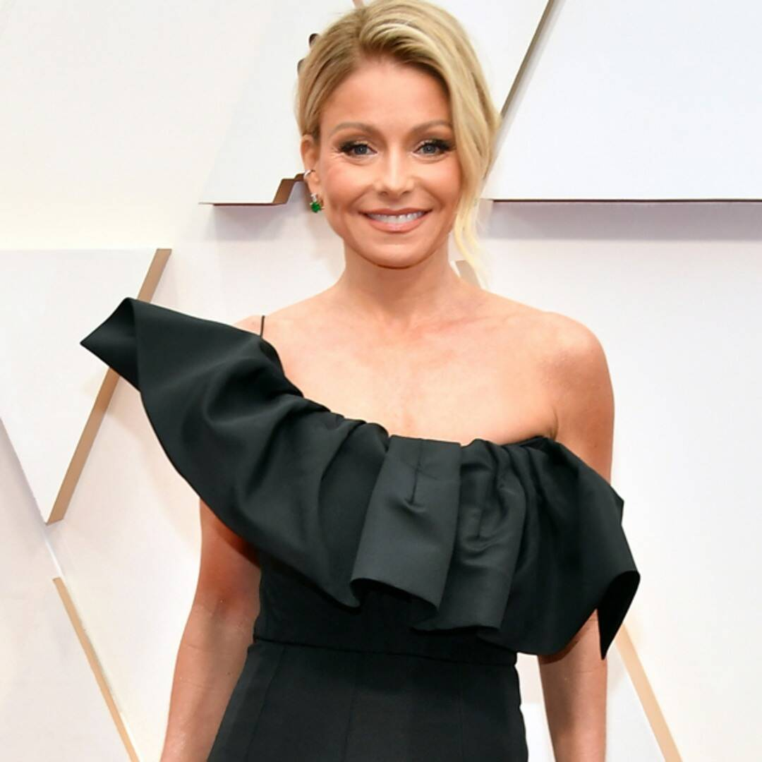 """Kelly Ripa Fires Back at Claim She Used Filter for """"Ageless"""" Beach Pic"""